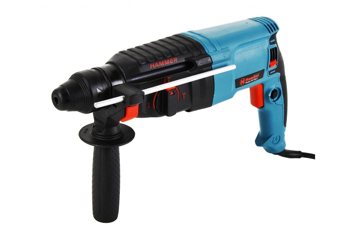 Перфоратор Hammer PRT800C PremiumPrt800cПерфоратор Hammer PRT800C Premium предназначен для создания отверстий в металле, в дереве и других твердых материалах. В режиме сверление с ударом или долбление инструмент способен продолбить отверстие в бетоне, кирпиче, керамике. А если переключиться в режим завинчивание, инструмент превращается в обычный шуруповерт, которым можно вкручивать саморезы.При относительно не сложных видах работ, а также при эксплуатации инструмента на высоте вам необходим сравнительно легкий и производительный перфоратор. Именно таким являетсяHammer PRT800C Premium. Весом 2,7 кг, он снабжен мощным двигателем 800 Вт и длинным сетевым кабелем 2,7 м. Модель имеет функцию удара с энергией 3 Дж, частотой 4000 уд/мин., что делает его отличным убийцей бетона и кирпича.Благодаря электронной регулировке скорости и наличию реверса, перфоратор может использоваться для закручивания/выкручивания шурупов. Благодаря же функции долбления, перфоратор прекрасно подойдет для прокладки кабель-каналов и удаления кафельной плитки.Универсальный патрон SDS-Plus позволяет закрепить зубило (и другие насадки) в разных положениях и обеспечивает удобную работу в труднодоступных местах.