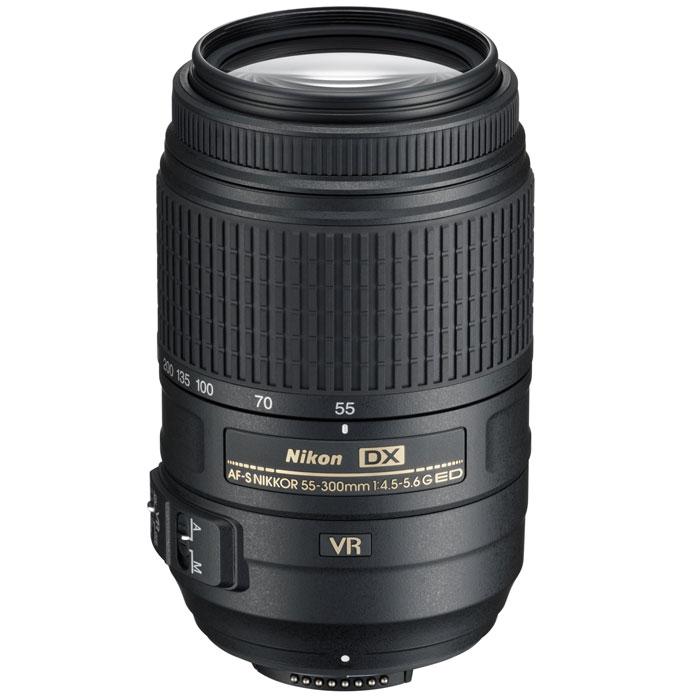Nikon AF-S DX NIKKOR 55-300mm f/4.5-5.6G VR объективJAA814DAМощный зум-объектив с телескопическим фокусным расстоянием Nikon AF-S DX NIKKOR 55-300mm f/4.5-5.6G VR для использования с цифровыми зеркальными фотокамерами Nikon формата DX. Предназначен для повседневной съёмки благодаря 5,5-кратному увеличению и универсальному фокусному расстоянию 55–300 мм. Система подавления вибраций второго поколения компании Nikon обеспечивает получение резких снимков даже при ручной съемке. Этот объектив с великолепным соотношением цены и качества идеально подходит для начинающих пользователей цифровых зеркальных фотокамер, а также для более опытных фотографов, которым требуется дополнительный объектив для увеличения диапазона зума.Система подавления вибраций второго поколения (VR II) позволяет использовать выдержки на 3,0 ступени длиннее обычных. Два элемента из стекла ED со сверхнизкой дисперсией и один элемент из стекла HRI с высоким коэффициентом преломления обеспечивают превосходные оптические характеристики. Бесшумный ультразвуковой мотор (SWM) гарантирует быструю и тихую автофокусировку. Герметизированный байонет защищает объектив от проникновения пыли или влаги.