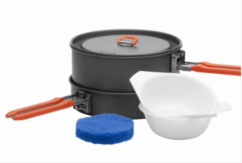 Набор походной посуды Fire-Maple Feast 1, цвет: металлик, оранжевый, 6 предметов67743Набор походной посуды Fire-Maple Feast 1- самый маленький из всей посуды серии Feast. Он рассчитан на 1-2 человека. При том, что набор очень компактен и легок, решена главная задача - это удобство в эксплуатации.Новая полноценная ручка с фиксатором позволяет удобно держать посуду при готовке, а при нажатии кнопки фиксатора позволяет сложить ручку и собрать набор в компактный вид для экономии пространства при хранении и транспортировки. Ручка выполнена из приятного на ощупь теплоизолирующего материала.В набор входят:- котелок, - сковорода,- 2 пластиковые миски, - губка для мытья посуды,- лопатка.Набор поставляется с сетчатым нейлоновым мешочком для транспортировки и хранения.Объем котелка: 1 л.Размер котелка: 14,6 см х 7,5 см.Объем сковороды: 0,6 л.Размер сковороды: 15,2 см х 4,2 см.