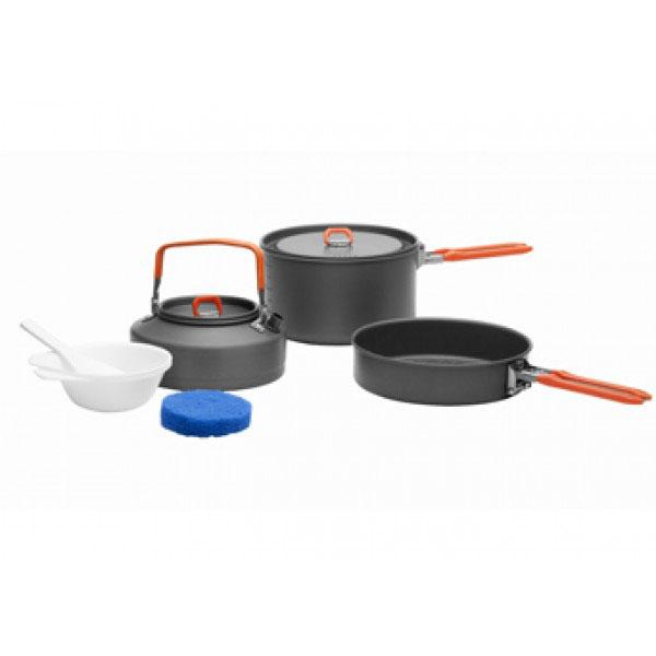 Набор походной посуды Fire-Maple Feast 2, цвет: металлик, оранжевый, 7 предметовFEAST 2Набор походной посуды Fire-Maple Feast 2 позволяет соединить в себе приготовление еды и напитков и заменить собой целую походную кухню. Набор рассчитан на 2-3 человека. При том, что набор очень компактен и легок, решена главная задача - это удобство в эксплуатации. Новая полноценная ручка с фиксатором позволяет удобно держать посуду при готовке, а при нажатии кнопки фиксатора позволяет сложить ручку и собрать набор в компактный вид для экономии пространства при хранении и транспортировки. Ручка выполнена из приятного на ощупь теплоизолирующего материала. В набор входят:- котелок,- чайник,- сковорода,- 2 пластиковые миски,- губка для мытья посуды,- лопатка.Набор поставляется с сетчатым нейлоновым мешочком для транспортировки и хранения. Объем котелка: 1,7 л. Размер котелка: 16,8 см х 9,8 см. Объем чайника: 0,8 л. Размер чайника: 15,3 см х 7,3 см. Объем сковороды: 0,8 л. Размер сковороды: 17,4 см х 4,2 см.