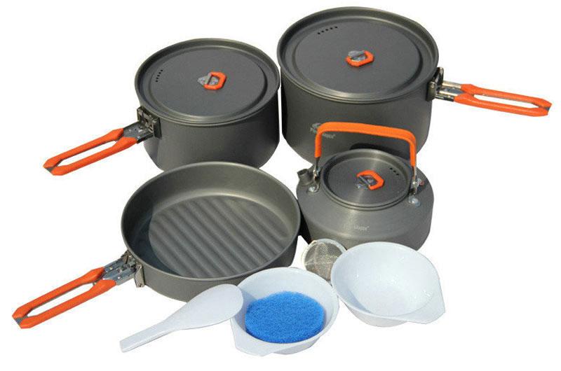 Набор походной посуды Fire-Maple Feast 4, цвет: металлик, оранжевый, 8 предметовFEAST 4В набор Fire-Maple Feast 4 включено все, о чем вы мечтаете: котелки для приготовления еды, сковорода и чайник для кипячения воды. Это прекрасный выбор для похода с семьей на выходные или ужина на природе большой компанией. Вы также можете использовать составляющие набора по отдельности, в зависимости от вашего похода. При том, что набор очень компактен и легок, решена главная задача - это удобство в эксплуатации. Новая полноценная ручка с фиксатором позволяет удобно держать посуду при готовке, а при нажатии кнопки фиксатора позволяет сложить ручку и собрать набор в компактный вид для экономии пространства при хранении и транспортировки. Ручка выполнена из приятного на ощупь теплоизолирующего материала. В набор входят: - 2 котелка, - чайник, - сковорода, - 2 пластиковые миски, - губка для мытья посуды, - лопатка.Набор поставляется с сетчатым нейлоновым мешочком для транспортировки и хранения. Объемы котелков: 1,7 л; 2,7 л. Размер большого котелка: 16,8 см х 9,8 см. Размер маленького котелка: 18,8 см х 11,8 см. Объем чайника: 0,8 л. Размер чайника: 15,3 см х 7,3 см. Объем сковороды: 1 л. Размер сковороды: 19,4 см х 4,5 см.