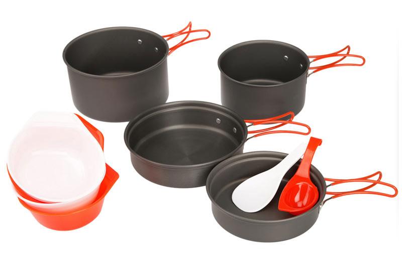 Набор походной посуды Fire-Maple, цвет: металлик, оранжевый, 10 предметовFMC-K7Набор Fire-Maple - набор портативной алюминиевой посуды на 2-3 человека.Элементы набора изготовлены из анодированного алюминия. Помимо того что он огнеупорный и прочный, он еще и легко моется. Сковороды можно использовать также в качестве крышек для котелков. Все элементы, которых вы касаетесь при приготовлении, оснащены термоизолирующим покрытием, очень приятным на ощупь при эксплуатации. Набор поставляется с сетчатым нейлоновым мешочком для транспортировки и хранения. В набор входят: - 2 сковороды, - 2 котелка, - 4 миски, - лопатка, - половник. Объемы сковородок: 0,6 л; 0,9 л. Размер большой сковороды: 18 см х 18 см х 4,6 см. Размер маленькой сковороды: 15,2 см х 15,2 см х 4,3 см. Объемы котелков: 1,7 л; 1,1 л. Размер большого котелка: 17 см х 17 см х 9,2 см. Размер маленького котелка: 13,6 см х 13,6 см х 7,8 см.
