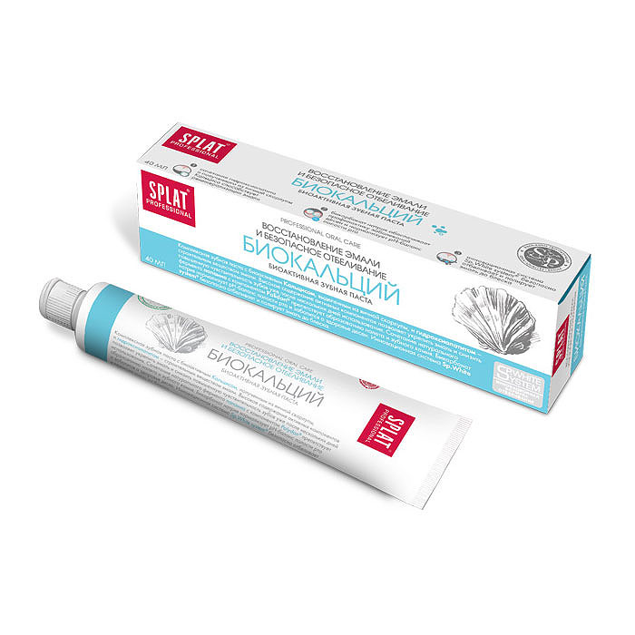 Splat Professional Зубная паста Biocalcium / Биокальций, 40 млМ-130Восстановление эмали и безопасное отбеливание. Комплексная зубная паста с биоактивным Кальцисом, полученным из яичнойскорлупы, и гидроксиапатитом - строительным веществом твердых тканей зуба.Паста предназначена для восстановления эмали и снижения чувствительностизубов. Она насыщает природным кальцием поврежденные зоны на начальныхстадиях кариеса. Частицы гидроксиапатита - основного строительного веществатвердых тканей зуба - действуют идентично пломбе, «замуровывая»микротрещины на поверхности эмали.Натуральные ферменты расщепляют налет, способствуя сохранению свежестидыхания.Высокое содержание активных компонентов позволяет укрепить эмаль иснизить повышенную чувствительность зубов уже после нескольких днейиспользования.Сочетание натурального фермента папаина с компонентом Polydonпрепятствует образованию налета и зубного камня.Бикарбонат натрия нормализует pН-баланс полости рта и заботится о здоровьедесен. Инновационная система Sp.White system безопасно отбеливает иполирует эмаль до блеска. Без фтора. Клинически доказано:Реминерализующий эффект - 66,8%;Очищающий эффект - 61,4%;Десенситивный эффект - 55,4%;Отбеливающий эффект - 1,5 тона за четыре недели по шкале Vitapan.Эффект: Сочетание гидроксиапатита и полученного из яичной скорлупы Кальцисаспособствует реминерализации эмали. Бикарбонат натрия нормализует рН-баланс полости рта и заботится оздоровье десен.Инновационная система Sp.White system безопасно отбеливает и полируетэмаль до блеска. Товар сертифицирован.