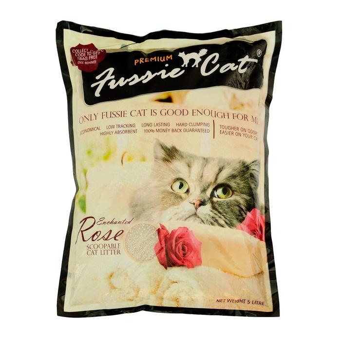 Наполнитель для кошачьего туалета Fussie Cat, комкующийся, с ароматом розы, 5 л300142Комкующийся наполнитель Fussie Cat изготовлен из натуральных бентонитовых глин с добавлением аромата розы. Наполнитель абсолютно безопасен для окружающей среды. Основные преимущества наполнителя Fussie Cat:- эффективно впитывает влагу и устраняет запах (это один из самых важных показателей комкующихся наполнителей); - легко комкуется, образует плотный комок, удобно убирать совком; - без пыли (второй по важности показатель комкующихся бентонитовых наполнителей); - нетоксичен, экологически чист. Состав: натуральный бетонит. Объем: 5 л.