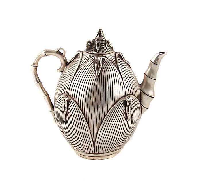"""Чайник """"Плод бамбука"""" в тибетском стиле. Металл, прочеканка. Китай, вторая половина XX века. Высота 16 см, длина 15 см, ширина 10 см. На дне иероглифическое клеймо. Сохранность хорошая. На Востоке особое значение имеют форма и цвет чайников и чайных сервизов. Чайник выполнен в виде экзотического плода бамбука, с ручкой в виде стилизованного бамбукового стебля.Оригинальный чайник в тибетском стиле станет прекрасным подарком любителям Востока и ярким элементом декора. Прекрасный образец декоративно-прикладного искусства Тибета, оригинальный подарок почитателю буддийской культуры."""