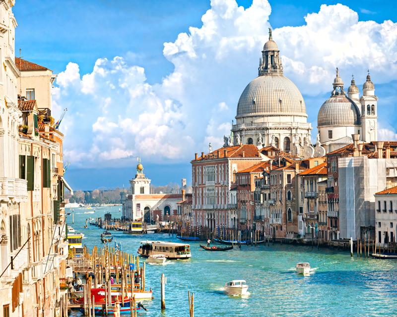 Картина на стекле Postermarket - это новое слово в оформлении интерьера. Изделие выполнено из закаленного стекла, что обеспечивает устойчивость к внешним воздействиям, защиту от влаги и долговечность. Картина оформлена изображением каналов Венеции. С задней стороны имеется петелька для подвешивания к стене. Стильный, современный дизайн, а также яркие и насыщенные цвета сделают эту картину прекрасным дополнением интерьера комнаты.