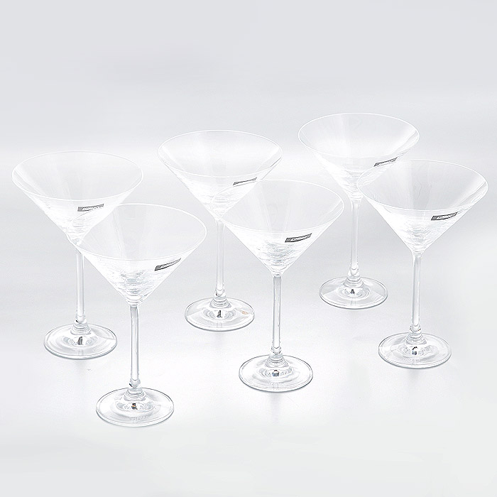 Набор бокалов для мартини Esprado Fiesta, 280 мл, 6 штFS30C28E351Набор Esprado Fiesta состоит из шести бокалов для мартини.Бокалы изготовлены из хрустального стекла или хрусталина, которое является более экологичной альтернативой знаменитому хрусталю, содержащему опасный для здоровья свинец. Хрустальное стекло имеет яркий блеск хрусталя, отличается высокой прозрачностью и тонкостью и при этом оно абсолютно безопасно и не содержит никаких вредных для человека веществ. Бокалы отличаются особой легкостью и прочностью, излучают приятный блеск и издают мелодичный хрустальный звон. Края бокалов имеют закаленный обод. Тонкие высокие ножки бокалов, создающие ощущение хрупкости и изящества, большой литраж и европейский дизайн позволят сполна насладиться игрой напитка в бокале, его густотой, цветом и ароматом. Бокалы можно мыть в посудомоечной машине в щадящем режиме.Fiesta в переводе c испанского означает веселье, праздник. Раньше в средневековой Европе в фиесте, народном гулянии, участвовали все жители общины или городского квартала. В отличие от русских гуляний, фиесты очень часто проводились вечером или ночью, когда спадала дневная жара. Сегодня мы также приглашаем своих друзей, накрываем на стол, достаем бокалы…и, как и в былые времена, обычный вечер превращается в праздник.В коллекции Fiesta представлены бокалы для самых распространенных напитков любого застолья. Можете быть уверены - хрустальный блеск стекла, большие литражи и высокая ножка этих бокалов преобразят даже самую простую сервировку.