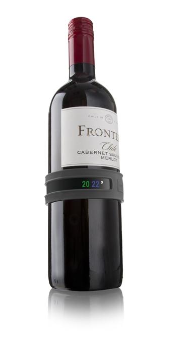"""Очень важным при сервировке вина является его правильная температура подачи. Для каждого  вида вина она разная. Браслет-термометр от VacuVin позволит держать ее под контролем.  Просто """"кликните"""" мягкий браслет вокруг бутылки и дождитесь необходимой для данного вида  вина температуры. На задней панели браслета указана информация об оптимальных  температурах подачи для разных вин."""
