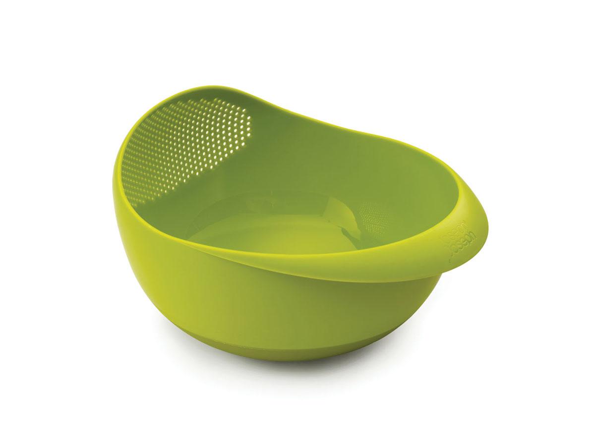 Миска-дуршлаг Joseph Joseph Prep&Serve, цвет: зеленый, диаметр 18 см40065Миска-дуршлаг Joseph Joseph Prep&Serve, изготовленная из высококачественного пищевого пластика, сочетает в себе функции миски для продуктов, дуршлага и сервировочного блюда. Достаточно слегка наклонить миску, и вся вода благополучно окажется в раковине. Изделие идеально для приготовления и сервировки салатов и фруктов, а также для промывания риса и других круп перед приготовлением. Миска оснащена ручкой и прорезиненным дном. Можно мыть в посудомоечной машине.