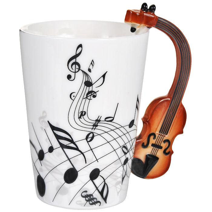 Кружка Музыкальные инструменты. 9546795467Кружка Музыкальные инструменты, выполненная из высококачественной керамики, станет отличным подарком для человека, ценящего забавные и практичные вещи. Кружка оформлена изображением нот, а также фигурной ручкой, изготовленной в виде скрипки. Такой подарок станет не только приятным, но и практичным сувениром: кружка станет незаменимым атрибутом чаепития, а оригинальный дизайн вызовет улыбку.Изделие упаковано в подарочную коробку.