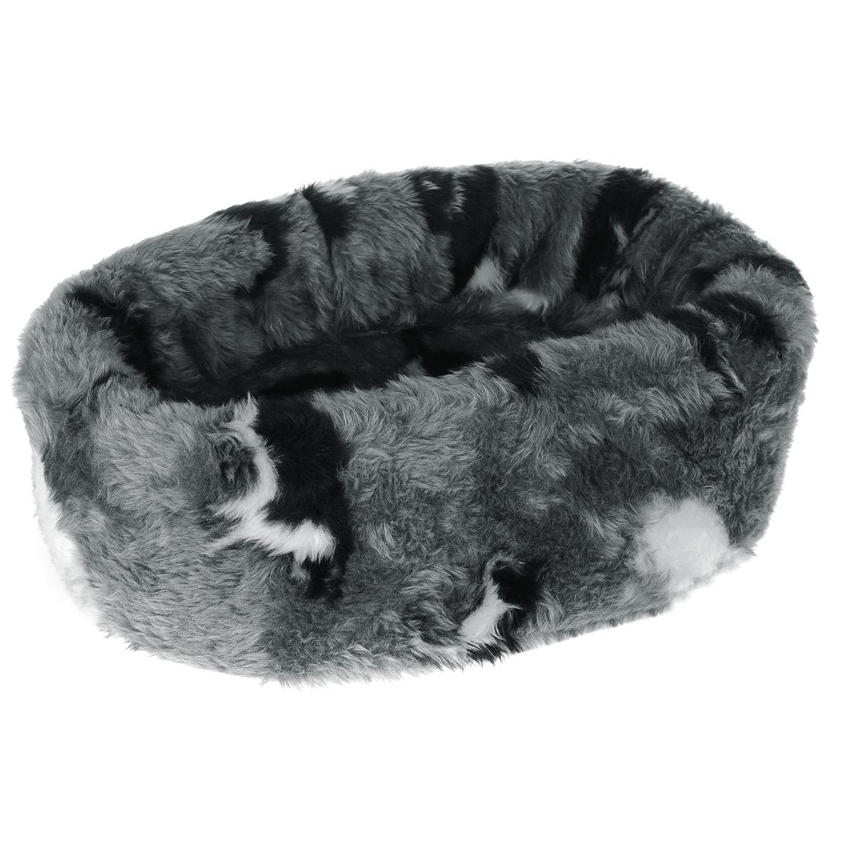 Лежанка для кошек I.P.T.S. Pussy, овальная, 40 см705601Такая лежанка станет излюбленным местом отдыха для вашего питомца, ведь уютное спальное место из меха по достоинству оценит даже самый привередливый кот. Лежанка имеет овальную форму и выполнена в приятных бело-серых оттенках с изображением кошек. Изделие будет одинаково хорошо смотреться как в гостиной, так и в другой комнате. Диаметр лежанки: 40 см.Товар сертифицирован.