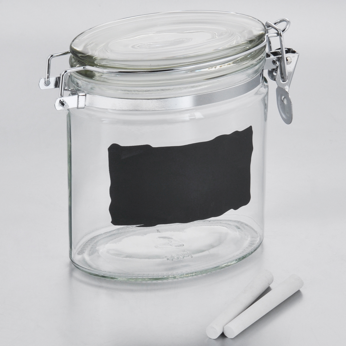 """Емкость для хранения Esprado """"Cristella"""" изготовлена из качественного прозрачного стекла,  отполированного до идеального блеска и гладкости. Изделие имеет овальную форму. Стекло  термостойкое, что позволяет использовать емкость Esprado при различных температурах (от -15° С до +100°С). Это делает ее функциональным и универсальным кухонным аксессуаром. Емкость  прекрасно подходит для хранения кофе, сахара, орехов, специй и других сыпучих продуктов.  Изделие оснащено крышкой с силиконовой прослойкой, которая плотно закрывается  металлическим зажимом. Это обеспечивает герметичность и  дольше сохраняет продукты свежими. На внешней стенке имеется доска, на которой можно  записать название продуктов (2 мелка в комплекте).  Благодаря различным дизайнерским решениям такая емкость дополнит и украсит интерьер  любой кухни.  Емкости для хранения из коллекции Cristella разработаны на основе эргономичных дизайнерских  решений, которые позволяют максимально эффективно и рационально использовать кухонные  поверхности. Благодаря универсальному внешнему виду, они будут привлекательно смотреться в  интерьере любой кухни.  Емкости для хранения незаменимы на кухне: они помогают сохранить свежесть продуктов,  защищают от попадания излишней влаги и позволяют эффективно использовать ограниченное  кухонное пространство.  Не использовать в духовом шкафу, микроволновой печи и посудомоечной машине."""