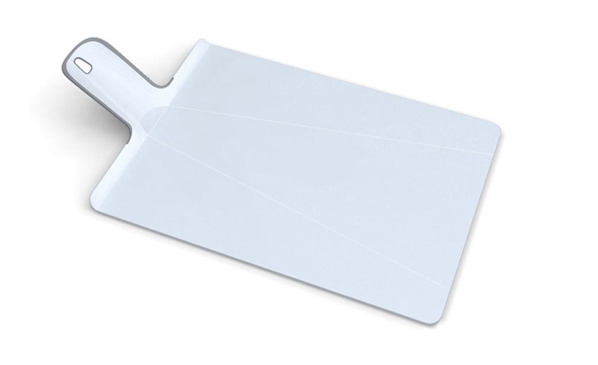"""Разделочная доска Joseph Joseph """"Chop2Pot"""" изготовлена из прочного пищевого пластика со специальным покрытием, предотвращающим прилипание пищи. При нарезке продуктов на такой доске ножи не затупляются. Удобная ручка оснащена прорезиненными вставками, что обеспечивает надежный хват и комфорт во время использования. Обратная сторона доски снабжена такими же вставками для предотвращения скольжения по поверхности стола. Благодаря изгибам в некоторых местах, доска удобно сворачивается и позволяет аккуратно пересыпать все, что вы нарезали.  Всем знакомо, как неудобно ссыпать порезанные овощи в кастрюлю, но с этим приспособлением вы одним движением превратите разделочную доску в удобный совок, и все попадет по назначению.  Можно мыть в посудомоечной машине."""