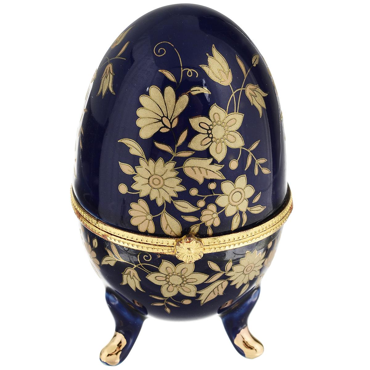 Шкатулка Besko Синь. 528-218528-218Стильная шкатулка Besko Синь не оставит равнодушной ни одну любительницу драгоценностей и изысканных вещей. Шкатулка в форме яйца на трех ножках выполнена из фарфора синего цвета и украшена золотистым цветочным узором.Сочетание оригинального дизайна и функциональности сделает такую шкатулку практичным и стильным подарком, а также предметом гордости ее обладательницы. Рекомендуется регулярно удалят пыль мягкой, сухой тряпкой. Не применять абразивные чистящие вещества.