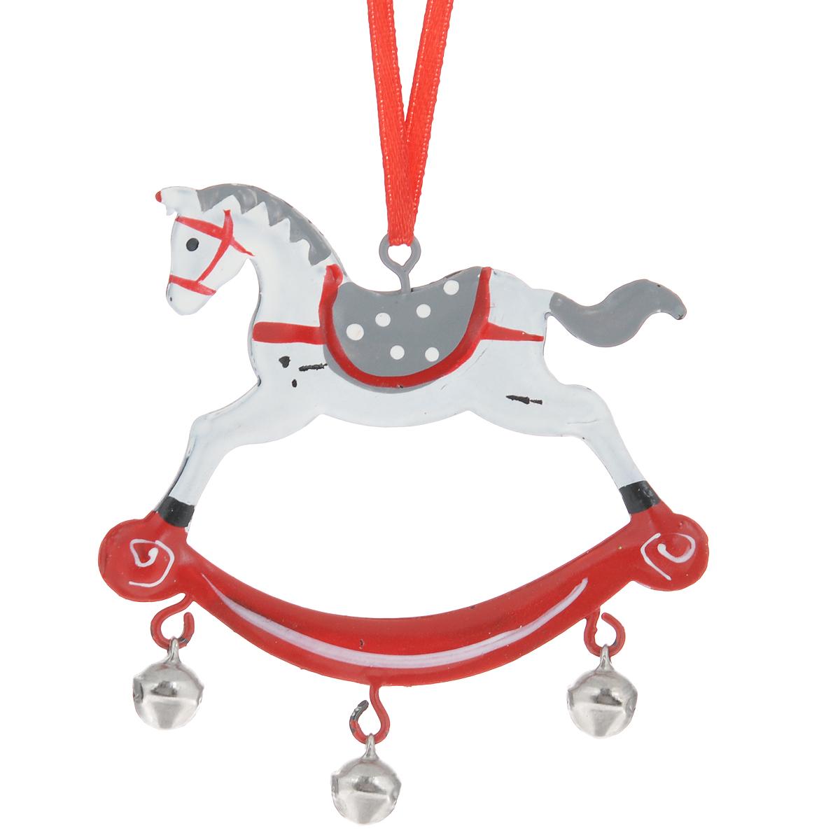 Новогоднее подвесное украшение Лошадка с бубенцами, цвет: белый. 3529735297Оригинальное новогоднее украшение в виде лошадки прекрасно подойдет для праздничного декора дома и новогодней ели. С помощью специальной петельки его можно повесить в любом понравившемся вам месте. Но, конечно, удачнее всего такая игрушка будет смотреться на праздничной елке. Елочная игрушка - символ Нового года. Она несет в себе волшебство и красоту праздника. Создайте в своем доме атмосферу веселья и радости, украшая новогоднюю елку нарядными игрушками, которые будут из года в год накапливать теплоту воспоминаний.