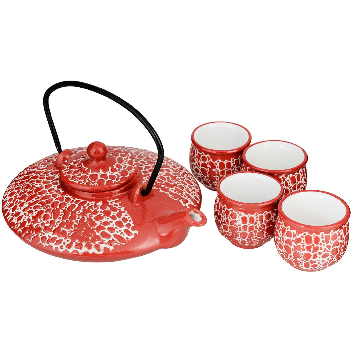 Набор чайный Saguro Красный скат, 5 предметов510-075Набор чайный Saguro Красный скат состоит из одного чайника и четырех чашек. Предметы набора изготовлены из высококачественной глазурованной керамики в восточном стиле и оформлены красно-белым рельефным узором. Восточный дизайн придется по вкусу ценителям чайных церемоний, и тем, кто предпочитает утонченность и изысканность. Он настроит на позитивный лад и подарит хорошее настроение с самого утра. Чайный набор - идеальный и необходимый подарок для вашего дома и для ваших друзей в праздники, юбилеи и торжества! Он также станет отличным корпоративным подарком и украшением любой кухни.