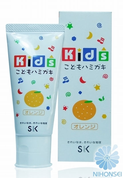 SK Kids Детская зубная паста, с ароматом апельсина, 60 гА600847Детская зубная паста SK Kids со вкусом апельсина специально разработана для ухода за полостью рта детей от 3-х лет. Малыш с удовольствием будем чистить зубки каждый день.Вам не придется больше заставлять и напоминать ребенку об этой необходимости, ведь яркий фруктовый вкус апельсина и ароматы так понравятся малышу. Состав пасты безопасен: не содержатся ПАВ, сахарин и консерванты, что гарантирует полную безопасность, даже если ребенок увлекся и проглотил немного. Паста мягко очищает нежные зубки, оказывает профилактику кариеса, увлажняет и защищает десна, освежает дыхание. Товар сертифицирован.