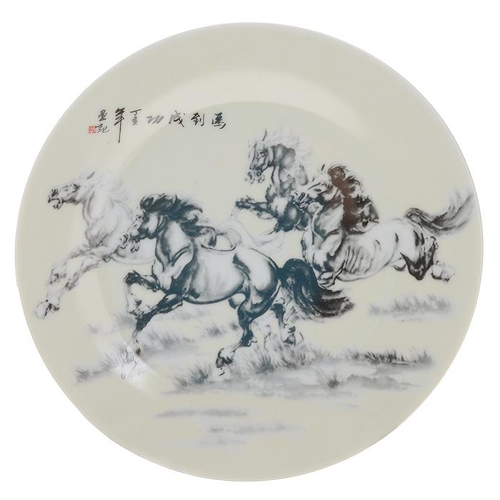 Тарелка декоративная Besko Скакуны, с подставкой, диаметр 18 см515-485