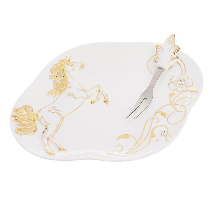 Тарелка для закусок Briswild Золотая лошадь, с вилкой, 18 х 14 см595-349Тарелка для закусок Briswild Золотая лошадь изготовлена из высококачественного фарфора белого цвета. Тарелка декорирована рельефным золотистым изображением лошади и стразами. Вилочка выполнена из металла и оснащена фарфоровой ручкой. Тарелка идеально подойдет для подачи закусок, фруктов, оливок, лимонов и т.д. Такой дизайн, несомненно, придется по вкусу любителям классики. Тарелка для закусок Briswild Золотая лошадь украсит ваш кухонный стол, а также станет замечательным подарком к любому празднику. Не использовать в микроволновой печи. Не применять абразивные чистящие вещества.