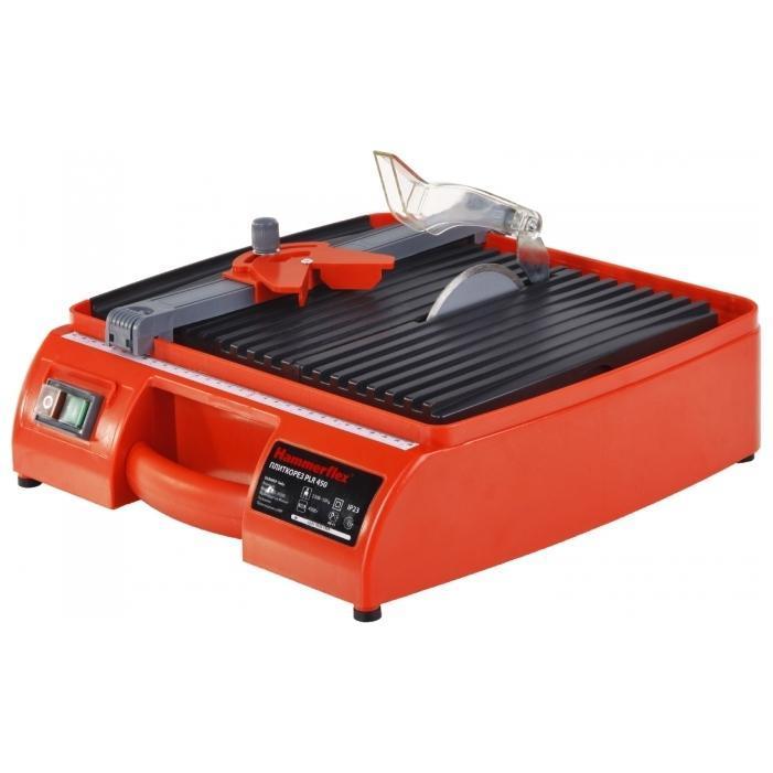 Hammer PLR450 плиткорезPLR 450Электрический плиткорез Hammer PLR450 используется для распила облицовочной керамической плитки в бытовых условиях при проведении ремонтных работ. Направляющая для продольного реза упрощает подачу плитки. Два наклонных положения стола (22,5° и 45°) обеспечивают наклонную резку торцов. Электрический двигатель плиткореза этой модели потребляет мало электроэнергии. Резиновые накладки исключают скольжение по верстаку. Инструмент удобен в хранении и транспортировке, прост в эксплуатации и не требует специализированного обслуживания.
