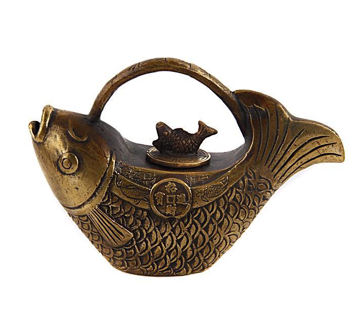 """Тибетский чайник """"Рыбка"""". Бронза, прочеканка. Китай, вторая половина XX века. Высота 8,5 см, длина 13 см, ширина 4 см. На дне иероглифическое клеймо. Сохранность хорошая.  На Востоке особое значение имеют форма и цвет чайников и чайных сервизов. Миниатюрный чайник в тибетском стиле выполнен в виде изящной рыбки, по бокам - монетки счастья. Оригинальный чайник в тибетском стиле станет прекрасным подарком любителям Востока и ярким элементом декора. Прекрасный образец декоративно-прикладного искусства Тибета, оригинальный подарок почитателю буддийской культуры."""