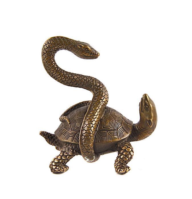 """Статуэтка """"Черепаха, обвитая змеей"""". Бронза, прочеканка. Китай, вторая половина XX века. Высота 13,5 см, длина 13 см, ширина 9 см.  Сохранность очень хорошая.Во многих культурах черепаха – древнейший, окруженный особым почтением символ космического порядка. Черепаха, обвитая змеёй - один из основополагающих символов в фэн-шуй, символизирующих единство энергий инь и ян. Помимо этого, черепаха - символ долголетия, мудрости и неуклонного движения вперёд.Отличный подарок для поклонников фен-шуй!"""