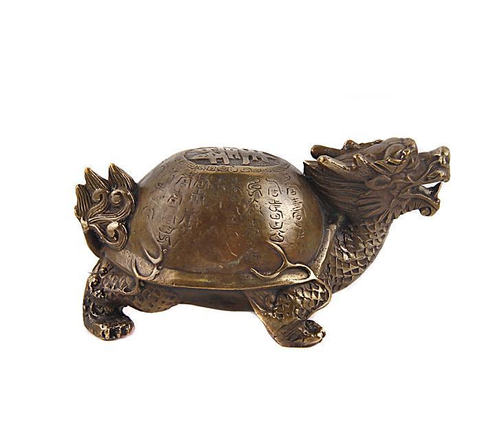 """Статуэтка """"Драконочерепаха"""". Бронза, прочеканка. Китай, вторая половина XX века. Высота 7 см, длина 14,5 см, ширина 8 см. Сохранность хорошая. Одним из символов гармонии вселенной, которую исповедует учение фэн-шуй, является талисман Драконочерепаха. Он представляет собой необыкновенное мистическое животное, у которого голова дракона, а тело черепахи. Основные задачи, которые выполняет талисман, — это защита жилища от любой негативной энергии, от всего плохого и нечистого, что может проникнуть в него.Отличный подарок для поклонников фен-шуй!"""