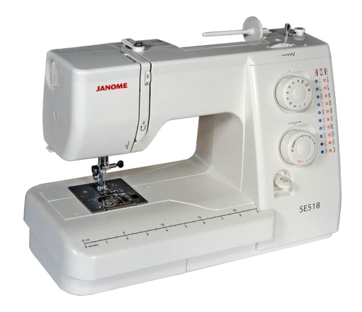 Janome SE 518 швейная машинаSE518Простая и удобная в эксплуатации швейная машина идеально подходиткак для начинающих, так и для более опытных пользователей.Функция петля-полуавтомат позволит Вам быстро и качественно выполнитьпетли различной длины. Машина работает с различными видамитканей. С регулятором длины и ширины стежка Вам удастся еще большеразнообразить свою работу. Отличительные особенности:Электромеханическая швейная машина 21 швейная операция - рабочие строчки- потайные строчки - оверлочные строчки - трикотажные строчки- декоративные строчки- петля-полуавтомат- Регулировка длины стежка от 0 до 4 мм - Регулировка ширины зигзага до 5 мм- Регулятор натяжения верхней нити- Горизонтальный челнок - Рычаг обратного хода- Переключатель регулятора скорости на педали - Легко пристегивающаяся лапка - Дополнительный подъём лапки- Регулятор давления лапки на ткань - Встроенный нитеобрезатель - Переключатель нижнего транспортера- Горизонтальный катушечный стержень - Свободный рукав с выдвижным отсеком для хранения аксессуаров