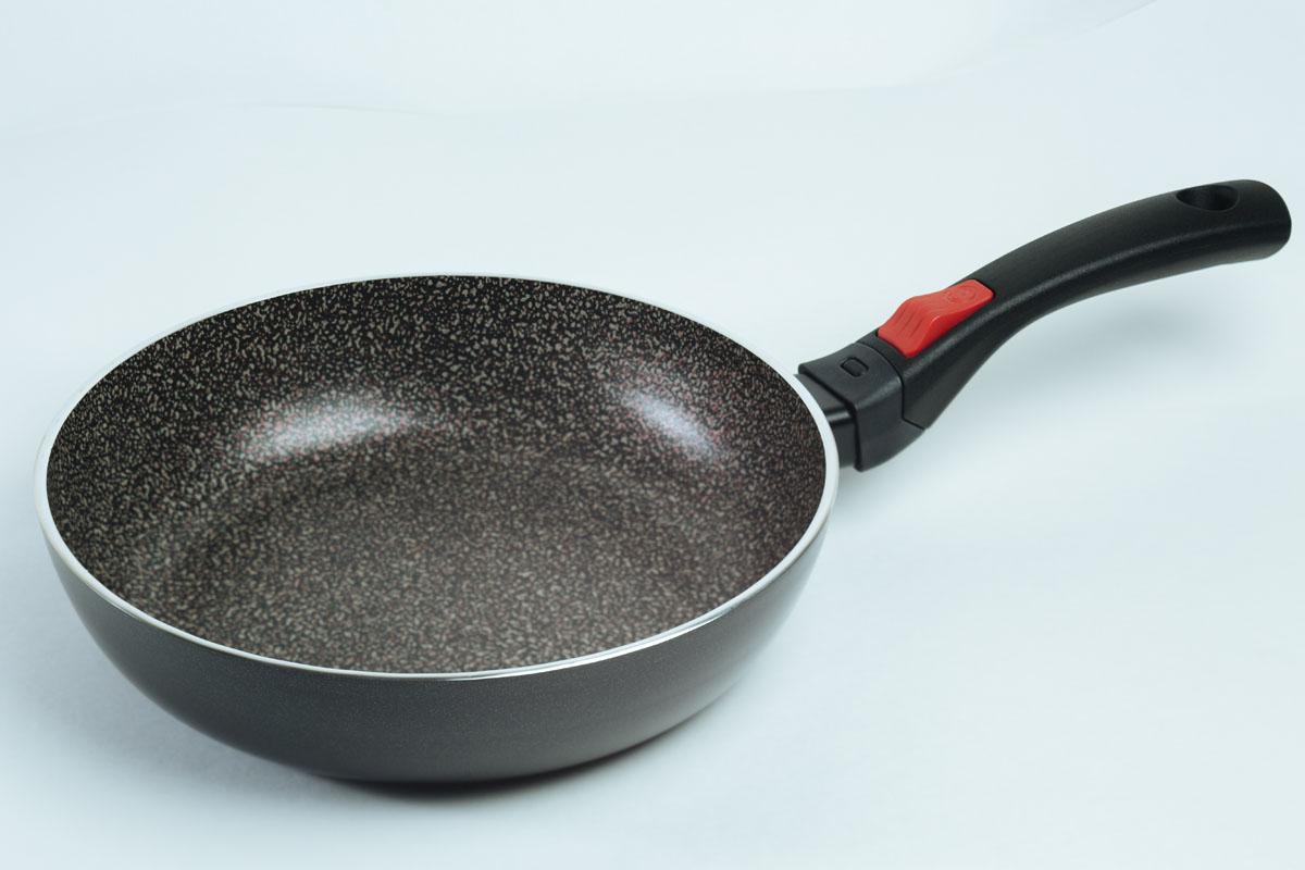 Сковорода Jarko Forte, с антипригарным покрытием, со съемной ручкой. Диаметр 26 смJF-126-20Сковорода Jarko Forte изготовлена из экологичного алюминия с антипригарным каменным покрытием. Покрытие не оставляет послевкусия, делает возможным приготовление блюд без масла, сохраняет витамины и питательные вещества. Оно обладает повышенной стойкостью к царапинам и внешним воздействиям. Внешнее покрытие выдерживает высокую температуру. Съемная бакелитовая ручка не нагревается в процессе приготовления пищи.Сковорода пригодна для использования на всех типах плит, кроме индукционных. Подходит для чистки в посудомоечной машине. Не применять абразивные чистящие средства. Не использовать жесткие щетки.