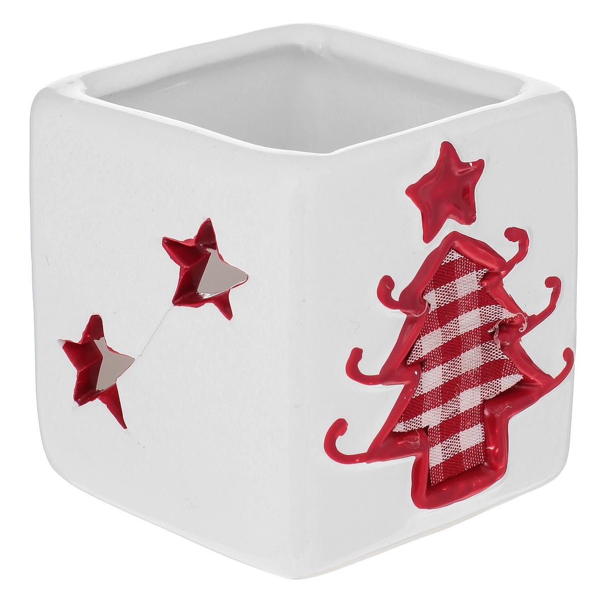 Новогодний подсвечник Елочка. 2679026790Новогодний подсвечник Елочка прекрасно подойдет для праздничного декора дома. Подсвечник выполнен из глазурованной керамики белого цвета и украшен рельефным изображением елочки. Благодаря перфорации в виде звездочек, свет, подсвечник будет светиться как бы изнутри. Новогодние аксессуары помогут создать в доме незабываемую праздничную атмосферу. Они несут в себе волшебство и красоту праздника. Материал: керамика, текстиль.