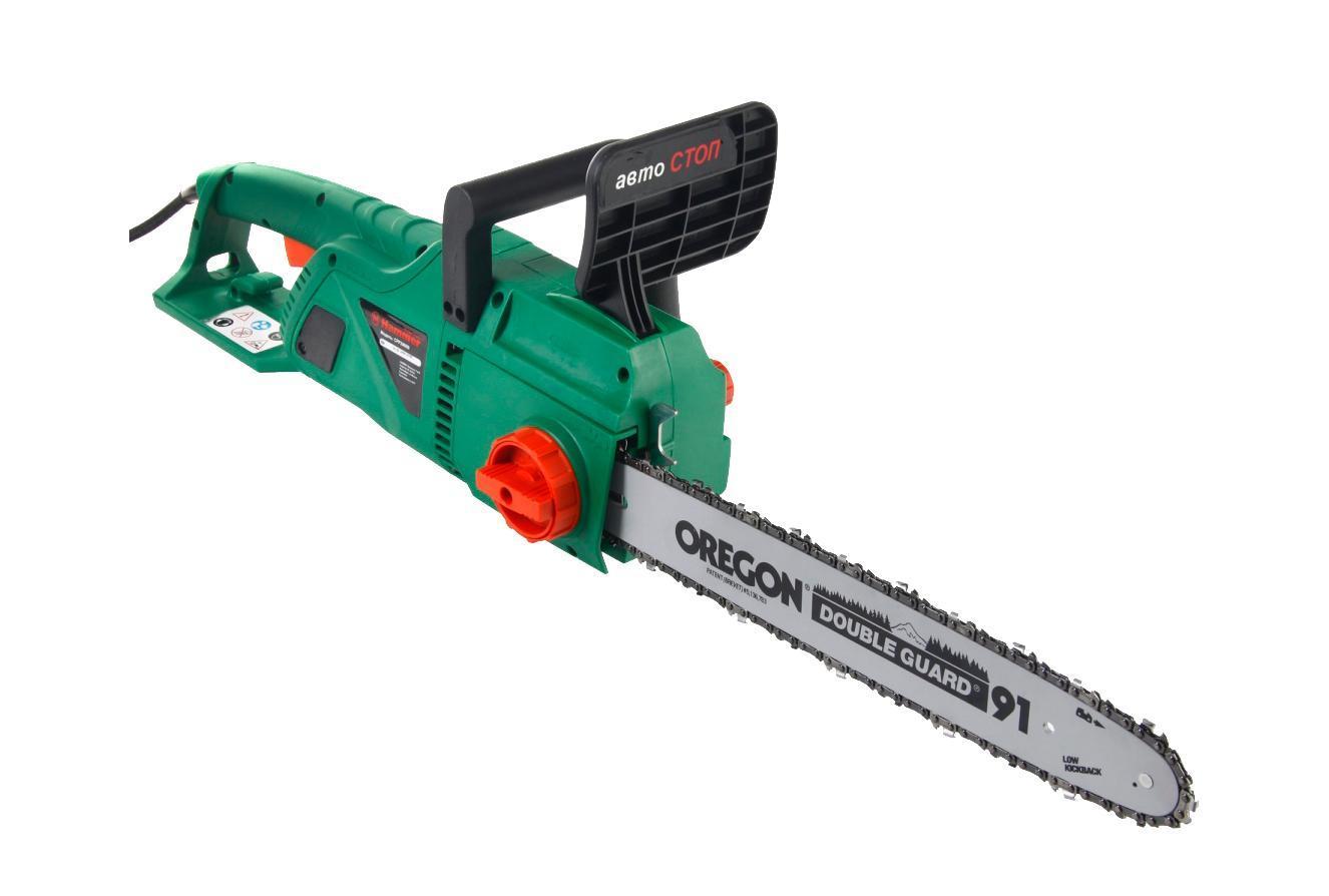Пила цепная Hammer CPP2000BCPP2000BHAMMER CPP2000B — производительная цепная пила с 16-дюймовой шиной. С ее помощью можно быстро заготовить дрова, обрезать ветки в саду, распилить доски, брус и ДСП. Обладает солидной мощностью (2,0 кВт) и выдерживает значительные нагрузки. Оснащена качественной шиной и цепью марки Oregon. Для безопасности предусмотрен тормоз 2-х типов и защитный кожух на рукоятке.
