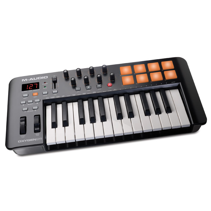M-Audio Oxygen 25 IV Midi-клавиатураOxygen 25IVM-Audio Oxygen 25 - это новый MIDI-контроллер, принадлежащий серии Oxygen, представленной на выставкеMusikmesse 2014.Этот MIDI-контроллер идеально подойдет для продюсеров, новая модель обладает большим количествомудобно расположенных элементов управления, а раскладка понятна на уровне интуиции. В комплектес M-AudioOxygen 25 поставляется пакет ПО, который можно использовать для создания собственной музыки. Модель имеет 8 триггерных пэдов, все они чувствительно к скорости нажатия. С их помощью пользовательсможет запускать аудиоклипы, звуки ударных и другие инструменты.8 регуляторов назначаются пользователем, через них можно настроить плагины и микшер. M-Audio Oxygen 25имеет назначаемый мастер фейдер. Для удобного процесса работы предназначен ЖК-экран.M-Audio Oxygen 25 комплектуется Ableton Live Lite - это одно из наиболее популярных программных обеспеченийдля профессиональных музыкантов. Эта программа отлично подходит как для студийной работы, так и длявоспроизведения музыки в реальном времени. Ableton Live Lite позволяет спонтанно сочинять и записыватьмузыку, создавать миксы и семплы, редактировать музыкальные композиции в реальном времени. Программаумеет сохранять созданный трек или компоновать его с другими мелодиями.M-Audio Oxygen 25 поставляется также с виртуальными инструментами премиум классаSONiVOX Twist. SONiVOXTwist представляет собой VST/AU/RTAS и AAX спектральной морфинг-синтезатор. Twist имеет удобный иинтуитивно понятный интерфейс. Параметры, наиболее ярко изменяющие звучание, выведены на большихразмеров регуляторы. Синтезатор оснащен встроенным пошаговым секвенсором и встроенными эффектами.И более того, в комплект входит многотембральная рабочая станцияAIR Music Tech Xpand!2, котораяпредусматривает 4 активного звукового слота или партии через патч. Каждая партия обеспечена своимсобственным миди каналом, зоной, арпеджиатором, модуляцией и эффектами - превосходный способ длясоздания индивидуальных партий. Исп