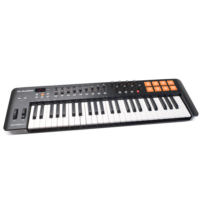 M-Audio Oxygen 49 IV Midi-клавиатураOxygen 49IVM-Audio Oxygen 49 - новый MIDI-контроллер, принадлежащий серии Oxygen, представленной на выставке Musikmesse 2014.Этот MIDI-контроллер идеально подойдет для продюсеров, новая модель обладает большим количеством удобно расположенных элементов управления, а раскладка понятна на уровне интуиции. В комплектес M-Audio Oxygen 49 поставляется пакет ПО, который можно использовать для создания собственной музыки.Модель имеет 8 триггерных пэдов, все они чувствительно к скорости нажатия. С их помощью пользователь сможет запускать аудиоклипы, звуки ударных и другие инструменты. 8 регуляторов назначаются пользователем, через них можно настроить плагины и микшер. M-Audio Oxygen 49 имеет 9 фейдоров для MIDI управления и ЖК-экран. К контроллеру прилагается ПО, в которое входит Ableton Live Lite и SONiVOX Twis. M-Audio Oxygen 49 комплектуется Ableton Live Lite - это одно из наиболее популярных программных обеспечений для профессиональных музыкантов. Эта программа отлично подходит как для студийной работы, так и для воспроизведения музыки в реальном времени. Ableton Live Lite позволяет спонтанно сочинять и записывать музыку, создавать миксы и семплы, редактировать музыкальные композиции в реальном времени. Программа умеет сохранять созданный трек или компоновать его с другими мелодиями.M-Audio Oxygen 49 поставляется также с виртуальными инструментами премиум классаSONiVOX Twist. SONiVOX Twist представляет собой VST/AU/RTAS и AAX спектральной морфинг-синтезатор. Twist имеет удобный и интуитивно понятный интерфейс. Параметры, наиболее ярко изменяющие звучание, выведены на больших размеров регуляторы. Синтезатор оснащен встроенным пошаговым секвенсором и встроенными эффектами.И более того, в комплект входит многотембральная рабочая станцияAIR Music Tech Xpand!2, которая предусматривает 4 активного звукового слота или партии через патч. Каждая партия обеспечена своим собственным миди каналом, зоной, арпеджиатором, модуляцией и эффектами - пр