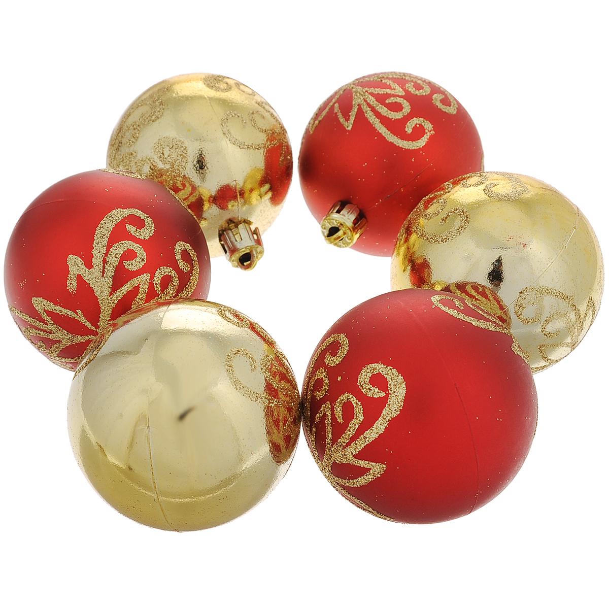 Набор новогодних подвесных украшений Шар, цвет: красный, золотистый, диаметр 6 см, 6 шт. 3549135491Набор новогодних подвесных украшений Шар прекрасно подойдет для праздничного декора новогодней ели. Набор состоит из шести шаров: три золотистых и три красных шарика, выполненных из пластика. Шары украшены изящными цветами из золотистых блесток. Для удобного размещения на елке для каждого шара предусмотрена текстильная петелька.Елочная игрушка - символ Нового года. Она несет в себе волшебство и красоту праздника. Создайте в своем доме атмосферу веселья и радости, украшая новогоднюю елку нарядными игрушками, которые будут из года в год накапливать теплоту воспоминаний.Коллекция декоративных украшений принесет в ваш дом ни с чем несравнимое ощущение волшебства! Откройте для себя удивительный мир сказок и грез. Почувствуйте волшебные минуты ожидания праздника, создайте новогоднее настроение вашим дорогим и близким.