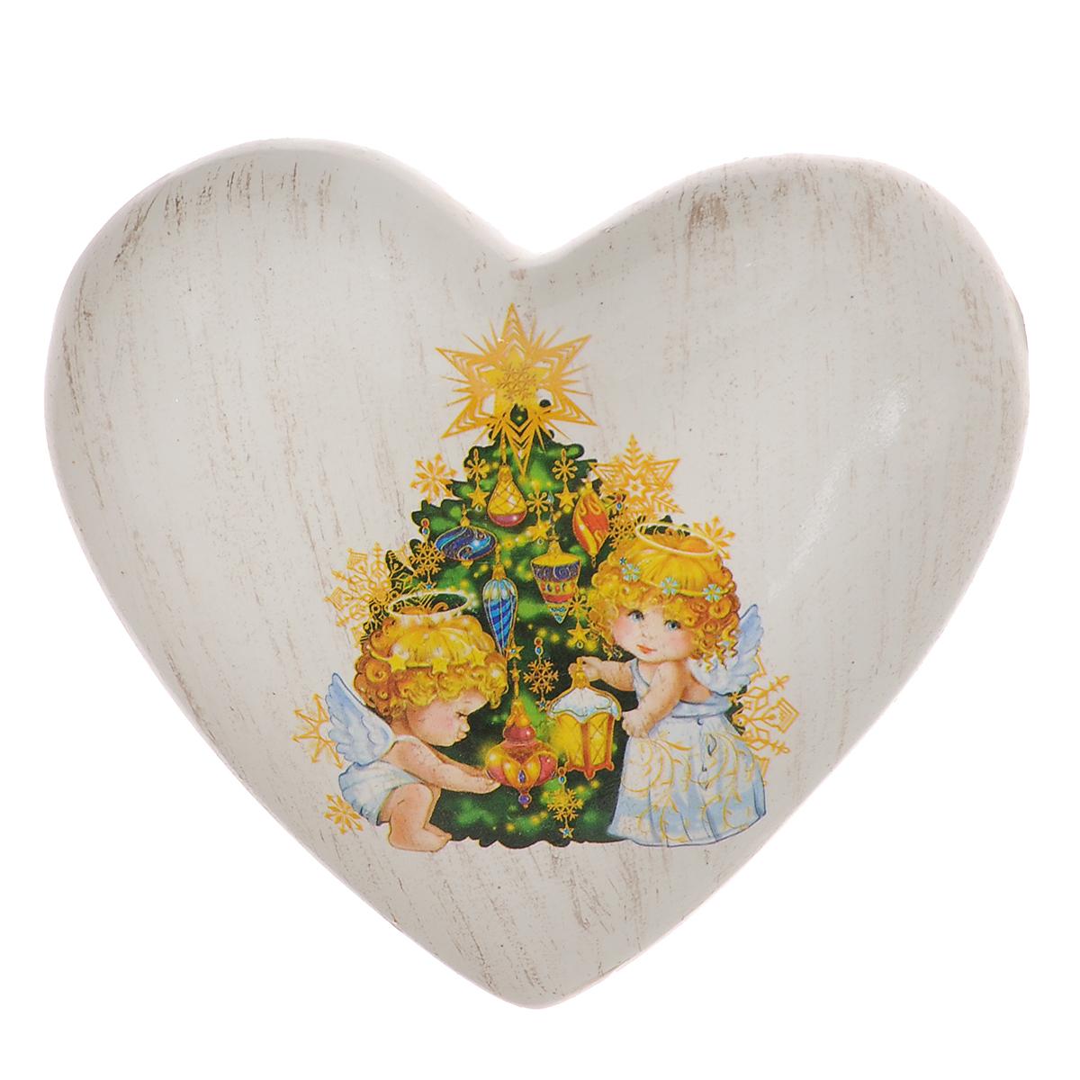 Украшение декоративное Новогоднее сердце. 2607126071Декоративное украшение Новогоднее сердце поможет украсить дом к праздникам. Фигурка выполнена из керамики в форме сердца и оформлена изображением двух ангелочков, украшающих новогоднюю елку. Вы можете поставить украшение в любом месте, где оно будет удачно смотреться, и радовать глаз. Так же фигурку можно повесить на стену с помощью специального отверстия. Такое украшение станет великолепным новогодним сувениром.