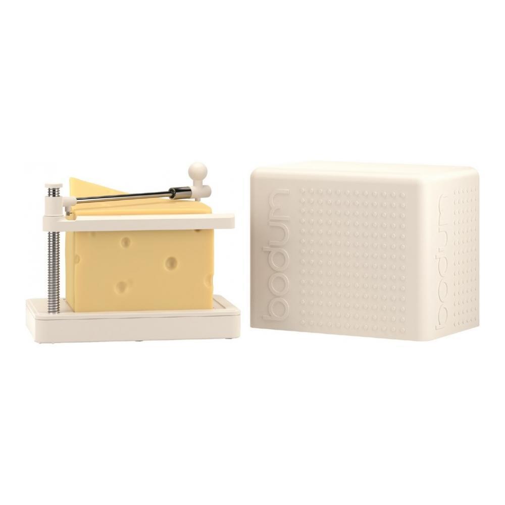 Сырорезка Bodum Bistro, струнная, цвет: белый11546-913Сырорезка Bodum Bistro состоит из прямоугольной пластиковой подставки и струны из нержавеющей стали, закрепленной на металлической ручке с пластиковым фиксатором для сыра. Основание подставки снабжено резиновыми вставками, что предотвращает скольжение сырорезки по поверхности стола. Действует сырорезка довольно просто: сыр кладется на подставку и плавно разрезается струной на кусочки. В комплект входит специальная крышка для хранения сырорезки. С такой сырорезкой ваш сыр всегда будет идеально порезан на ровные кусочки нужного размера. Не обрабатывать абразивными моющими средствами.
