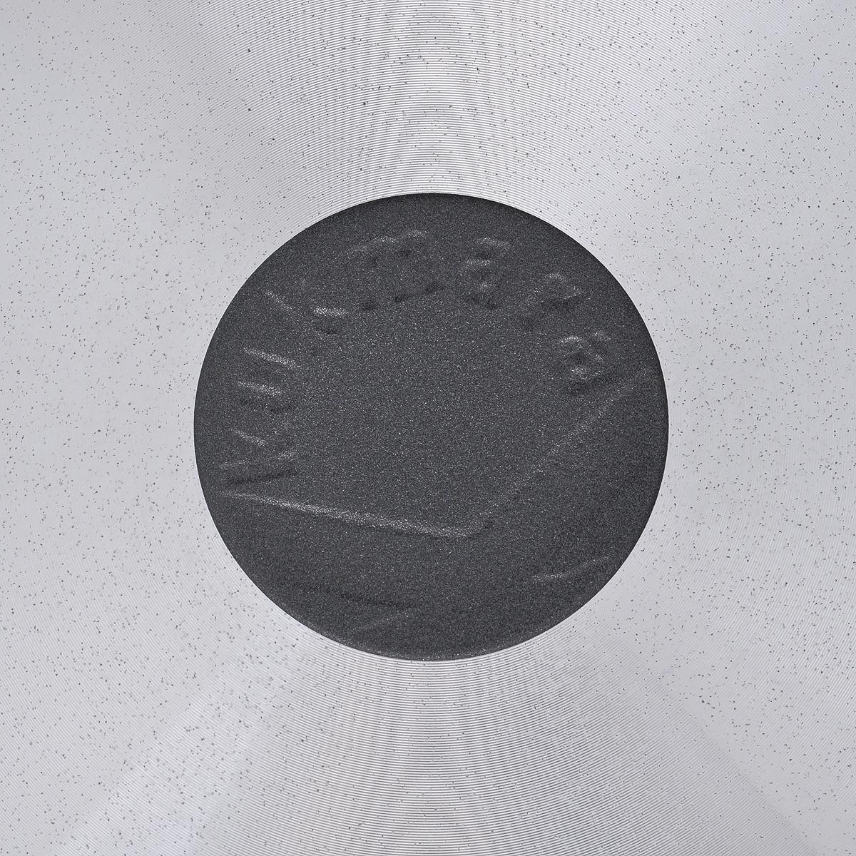 """Сковорода """"Kukmara"""", изготовлена из литого алюминия с внутренним антипригарным покрытием, усиленным керамикой. Благодаря этому пища не пригорает и не прилипает к стенкам. Готовить можно с минимальным количеством масла и жиров. Гладкая поверхность обеспечивает легкость ухода за посудой. Изделие оснащено удобной бакелитовой ручкой, которая не нагревается в процессе готовки. Готовить с такой сковородой легко. А благодаря элегантному дизайну не оставит ваших близких равнодушных. Сковорода подходит для стекло-керамической, электрической, газовой плит. Можно мыть в посудомоечной машине."""