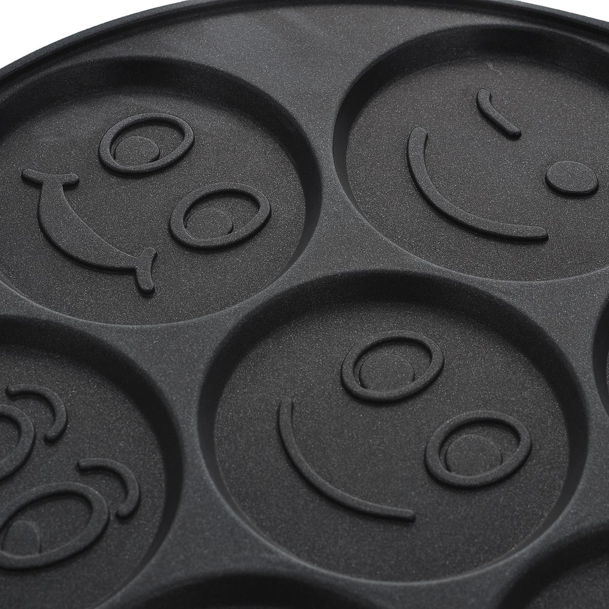 """Сковорода """"Travola"""" изготовлена из алюминия с внутренним антипригарным покрытием. Благодаря этому пища не  пригорает и не прилипает к стенкам. Сковорода имеет семь секции для приготовления блинчиков и оладий.  Отличительной особенностью является то, что на дне каждой ячейки имеется забавная рожица.  Готовить можно с минимальным количеством масла и жиров. Гладкая поверхность обеспечивает легкость ухода за  посудой. Изделие оснащено удобной бакелитовой ручкой, которая не нагревается в процессе готовки. Готовить с такой  сковородой легко. А благодаря незатейливому дизайну не оставит ваших близких равнодушных. Сковорода подходит для индукционных и газовых плит.Диаметр ячейки: 8 см. Длина ручки: 19,5 см."""