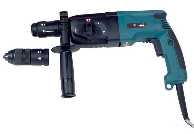 Makita HR2450FTHR 2450 FTДомашний помощникПроизводитель ручного инструмента Makita создал модель HR 2450 FT для использования как в быту, так и на производстве. Перфоратор предназначен для создания отверстий в металле, в дереве и других твердых материалах. В режиме «сверление с ударом» или «долбление» инструмент способен продолбить отверстие в бетоне, кирпиче, керамике.Отличная производительностьПри относительно не сложных видах работ, а также при эксплуатации инструмента на высоте вам необходим сравнительно легкий и производительный перфоратор. Именно таким является HR 2450 FT от производителя Makita. Весом 2.9 кг, он снабжен мощным двигателем 780 Вт и длинным сетевым кабелем 2.9 м. Модель имеет функцию удара с энергией 2.7 Дж, частотой 4500 уд/мин., что делает его отличным «убийцей» бетона и кирпича.Долбить или сверлитьСамым популярным режимом большинства перфораторов является режим «сверления с ударом», при котором рабочая оснастка получает одновременно оборотные и поступательные движения, таким образом делая отверстие в твердых материалах. В режиме удара («долбление») оборотные движения рабочего элемента отсутствуют, остаются только ударные, и наш перфоратор превращается в отбойный молоток, способный разрушать кирпич, камень и монолитные стены.SDS-патронУниверсальный патрон SDS-Plus позволяет закрепить зубило (и другие насадки) в разных положениях и обеспечивает удобную работу в труднодоступных местах.Диаметры сверленияДля надежной долговечной работы инструмента всегда необходимо знать максимальные рекомендуемые диаметры сверления определенных типов материалов, для HR 2450 FT это: по дереву – 32 мм, по металлу – 13 мм, по бетону (кирпичу) – 24 мм.Полезные мелочиВ Makita HR 2450 FT предусмотрен ряд дополнительных конструктивных решений для более удобной эксплуатации: ограничитель глубины, дополнительная рукоятка, реверс, регулировка частоты вращения, предохранительная муфта.