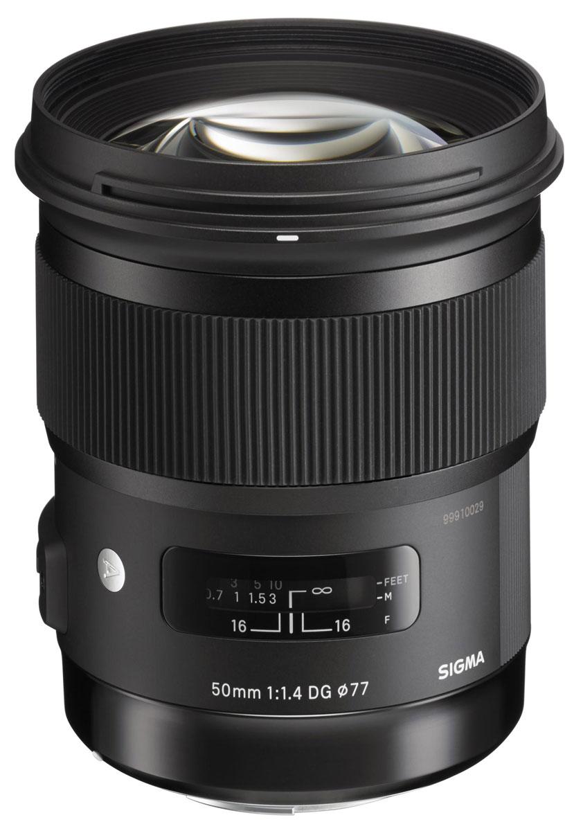 Sigma AF 50mm F/1.4 DG HSM Art объектив для Nikon311955Sigma AF 50mm F/1.4 DG HSM Art - широкоугольный объектив для полнокадровых DSLR. Также он пригодендля камер формата APS-C / DX, предоставляя 75мм равноценный эффект короткого телефото. У объективасложная оптическая схема (13 элементов в 8 группах). Объектив оснащен ультразвуковым двигателемфокусировки и использует улучшенные алгоритмы автофокусировки. Он также совместим со стыковочнойстанцией USB Dock, что дает пользователю возможность при необходимости обновить прошивку (встроенноепрограммное обеспечение). Его система также совместима с Mount Conversion Service. Данная модель включает в себя плавающую систему, которая позволяет регулировать расстояние междугруппами линз при фокусировке, тем самым уменьшая требующееся количество движения линз. Такдостигается минимальное расстояние фокусировки – 40 см и максимальное увеличение – в соотношении1:5.6. Объектив обеспечивает высокую производительность рендеринга во всем диапазоне фокусировки.HSM (Hyper Sonic Motor) обеспечивает тихую и быструю фокусировку. Он оптимизирует алгоритм автофокуса,делая его более гладким. Также он позволяет использовать постоянную ручную фокусировку, что даетвозможность регулировать фокус, просто вращая кольцо фокусировки.