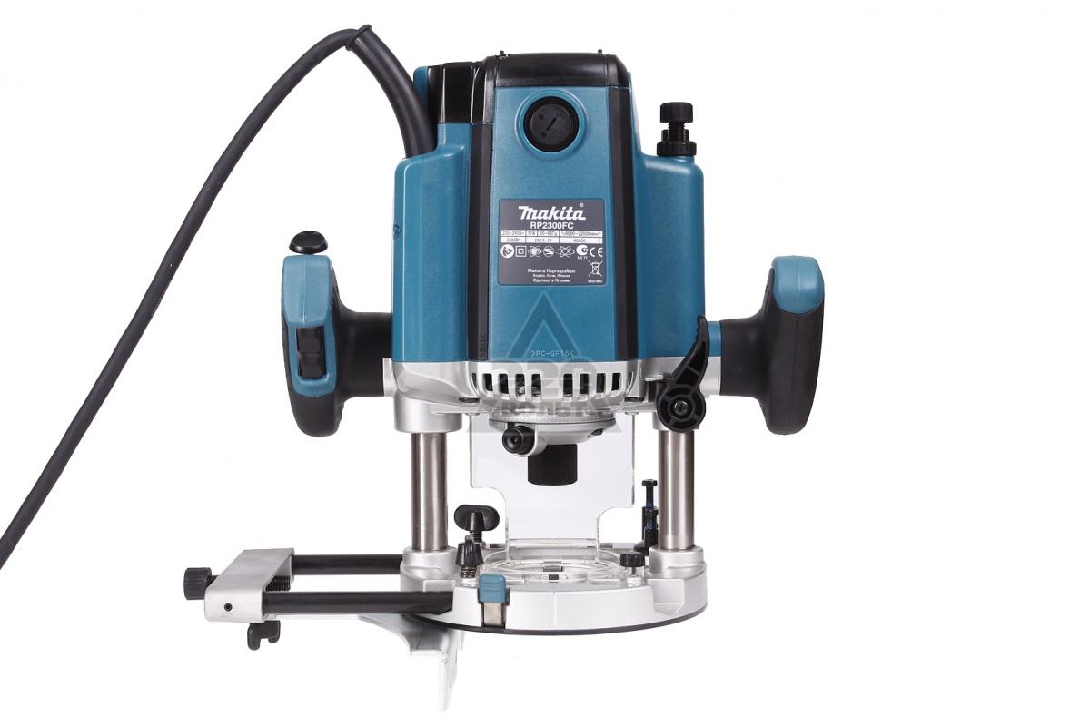 Фрезер электрический Makita RP2300FC158650Makita RP 2300 FC - мощный профессиональный инструмент, обладающий хорошей производительностью. С его помощью можно выполнять самую тяжелую работу по фрезерованию. Опорная платформа изготовлена из литого алюминия - облегчает вес инструмента и предохраняет материал от царапин.