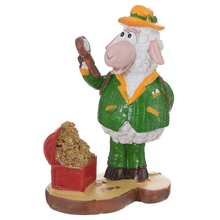 Декоративная фигурка Овечка-сыщик и сокровища, высота 11 см. 3454134541Декоративная фигурка Овечка-сыщик и сокровища станет прекрасным сувениром, который вызовет улыбку и поднимет настроение. Фигурка выполнена из полирезины в виде овечки-сыщика рядом с сундуком с сокровищами.Поставьте фигурку в любое понравившееся вам места, где она будет удачно смотреться и радовать глаз.