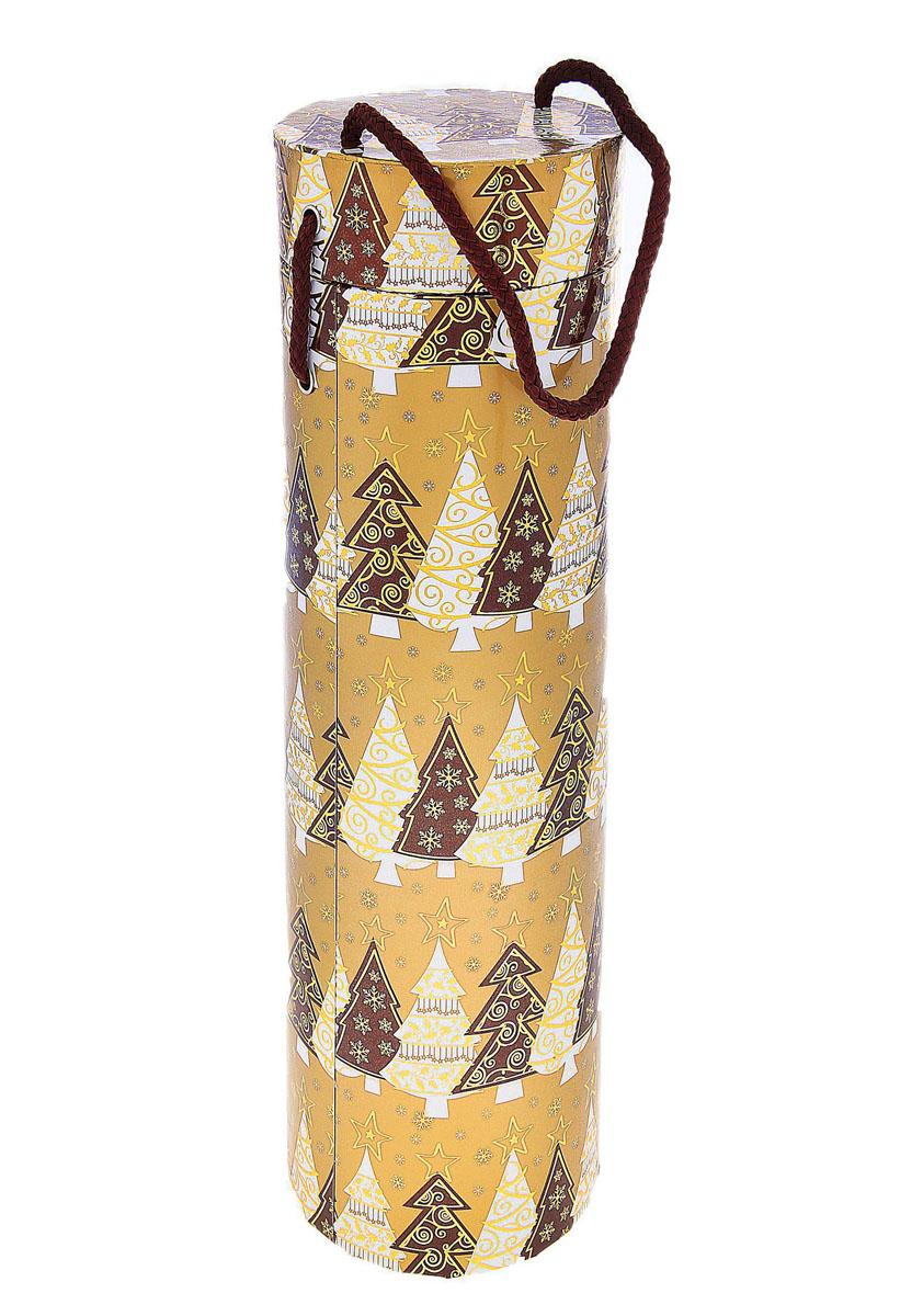 Подарочная коробка под алкоголь Золотой подарок. 682387682387Подарочная коробка под алкоголь Золотой подарок выполнена из плотного картона и оформлена изображением елочек. Коробка оснащена специальной крышкой и шнурком. Форма идеально подходит для бутылок. Нам свойственно в первую очередь смотреть на обложку и только потом заглядывать внутрь. Вот почему так важно красиво и вкусно упаковывать подарки. Подарочная коробка под алкоголь Золотой подарок - именно тот элемент, который сделает ваш презент особенным и запоминающимся, даря настроение праздника! Диаметр коробки: 10 см. Высота коробки: 32,5 см.Материал: картон, текстиль.