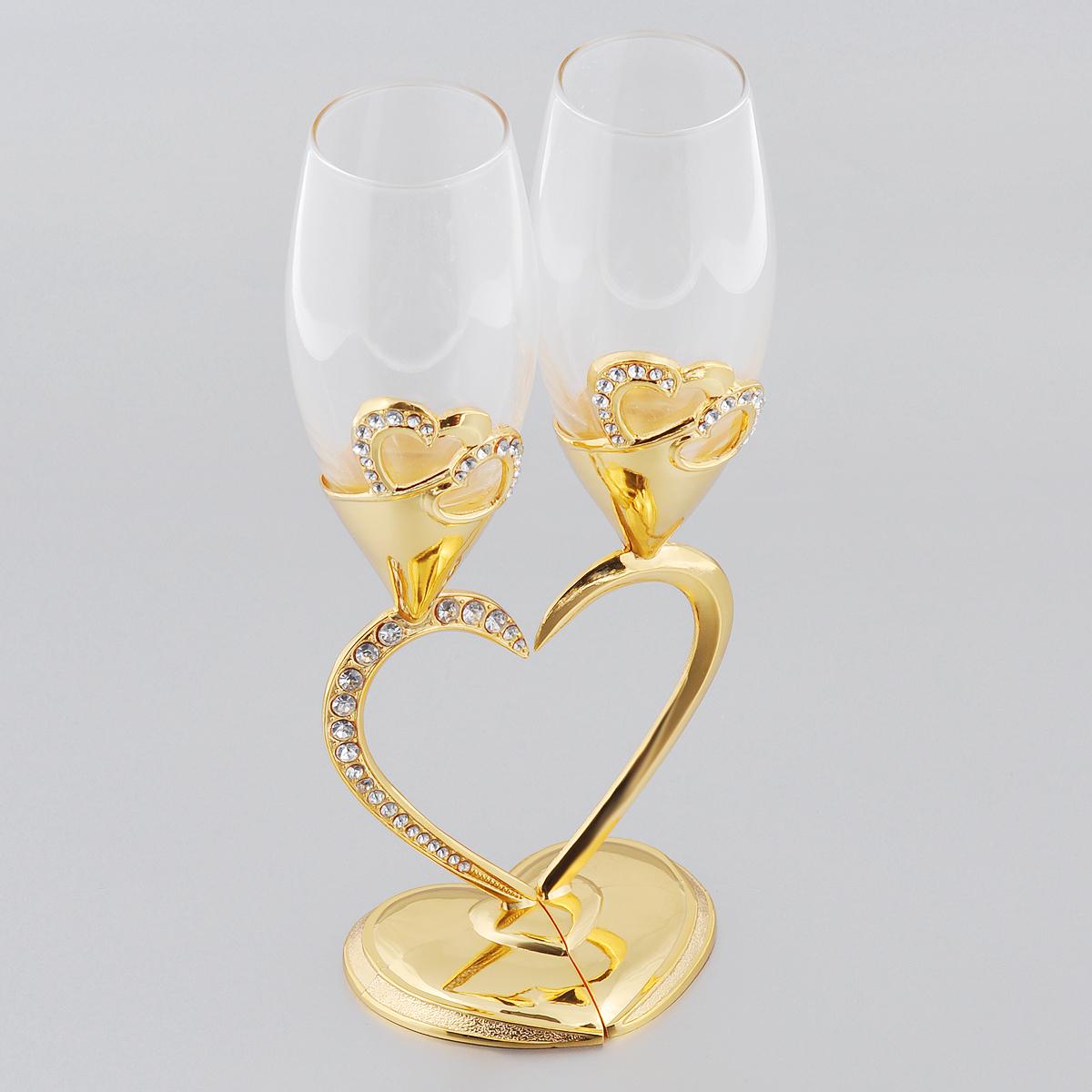 """Набор Marquis """"Сердце"""" состоит из двух бокалов на высоких ножках. Бокалы выполнены из  стекла. Изящные ножки изготовлены из стали в виде двух половинок сердца. Изделия  декорированы изображениями сердец и стразами.  Бокалы идеально подойдут для шампанского и вина. Набор станет прекрасным дополнением  романтического вечера. Изысканные изделия необычного оформления понравятся и  ценителям классики, и тем, кто предпочитает утонченность и изысканность."""