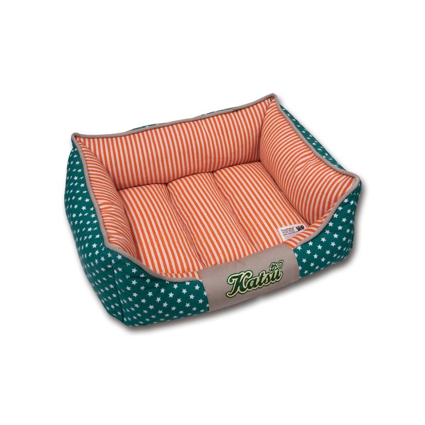 Лежак для собак Katsu Америка, цвет: зеленый, оранжевый, 50 см х 50 см х 17 см49554Мягкий и уютный лежак для собак Katsu Америка обязательно понравится вашему питомцу. Лежак выполнен из плотного материала. Внутри - мягкий наполнитель, который не теряет своей формы долгое время. Съемная внутренняя подушка, украшенная принтом в полоску, представляет собой три мягких валика. Внешние стенки оформлены звездочками. Высокие борта лежака обеспечат вашей собаке уют и комфорт. Дно изделия оснащено противоскользящей вставкой.За изделием легко ухаживать, можно стирать вручную или в стиральной машине при температуре 40°С.