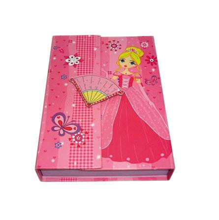 Блокнот с замком FANCY ПРИНЦЕССА, твердая обложка, в подарочной упаковкеFN64/4115*Твердая обложка*Трехцветные страницы* 64 листа Разметка: линейка. Бумага: Полуматовая. Формат: А6. Обложка: картон, ламинированный картон, Бумага. Пол: Для девочек. Возраст: дошкольникиМладшие классы. Крепление: скрепки. Особенности:трехцветные страницына замо