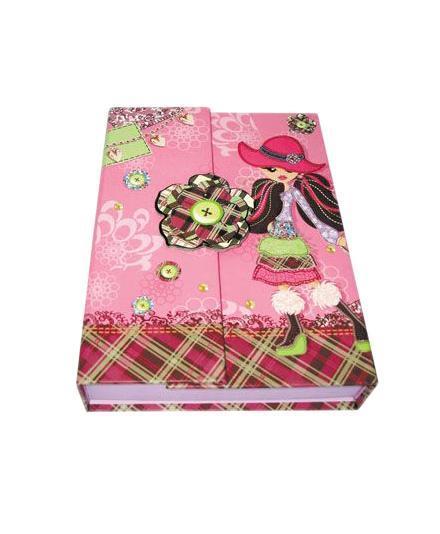 Блокнот с замком FANCY ДЕВОЧКА В ШЛЯПКЕ, твердая обложка, в подарочной упаковкеFN64/4116*Твердая обложка*Трехцветные страницы* 64 листа Разметка: линейка. Бумага: Полуматовая. Формат: А6. Обложка: картон, ламинированный картон, Бумага. Пол: Для девочек. Возраст: дошкольникиМладшие классы. Крепление: скрепки. Особенности:трехцветные страницына замо