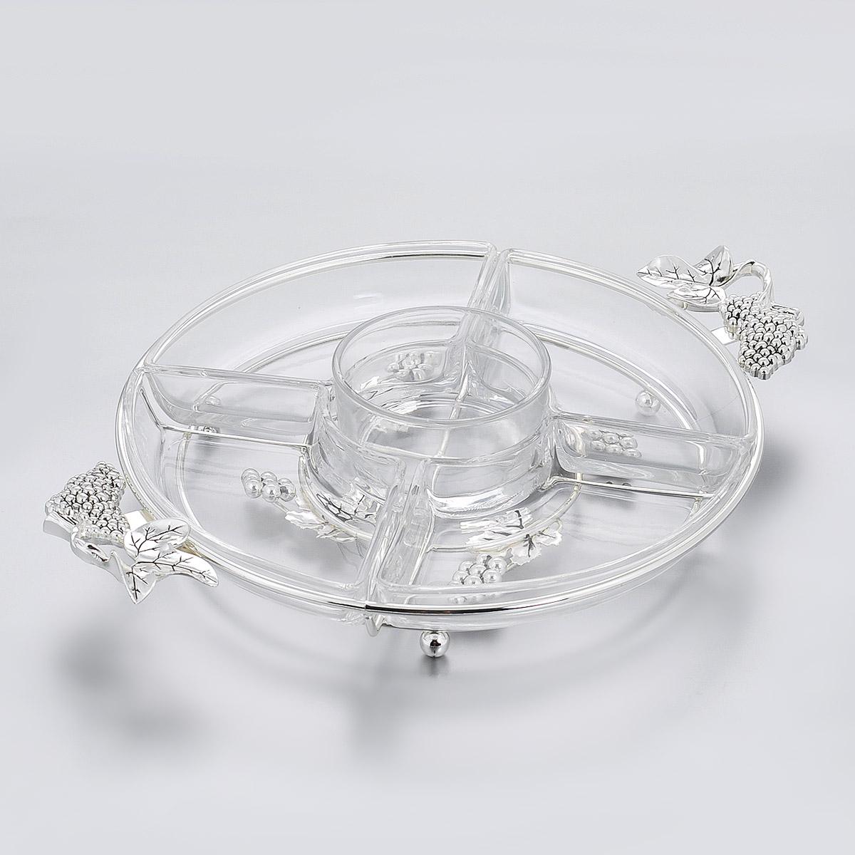 """Менажница """"Marquis"""" изготовлена из стали с серебряно-никелевым покрытием. Дно изделия и ручки оформлены рельефом в виде виноградных ягод и листьев. Менажница имеет 5 стеклянной емкостей: 4 емкости для различных блюд и закусок и одну круглую емкость для соуса, которая размещается в центре.  Некоторые блюда можно подавать только в менажнице, чтобы не произошло смешение вкусовых оттенков гарниров. Также менажница может быть использована в качестве посуды для нескольких видов салатов или закусок.  Менажница """"Marquis"""", выполненная классическом стиле, станет замечательной деталью сервировки и великолепным украшением праздничного стола.  Диаметр менажницы: 26,5 см.  Высота менажницы: 3,5 см."""