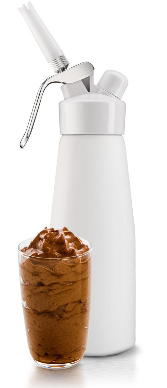 Кремер O!range 0,5 л , цвет: белый матовый AM-105PWAM-105PWКремер O!range является универсальным сифоном. Он помогает готовить вкуснейшие кондитерские изделия, украшать десерты и кофейные напитки. Кремер O!range широко используется при приготовлении разнообразных гастрономических блюд. Он так же газирует воду, с его помощью можно делать натуральные и очень вкусные газированные напитки и коктейли. Такие уникальные возможности сифона О!range делаютего незаменимым помощником на любой кухне. ГОТОВЬТЕ вкусную и полезную едуМолекулярная кухня - самое модное и популярное сегодня направление в кулинарии и гастрономии. Кремер O!range позволяет приготовить нежные подливки, муссы, соусы и гарниры из самых разнообразных продуктов - мяса, рыбы, птицы, морепродуктов и овощей. Все эти блюда объединяются под одним названием -эспумас.Эспумас - означает вспененный, подобный пене (по-испански эспума - пена).Блюда получаются невероятно легкими, низкокалорийными, вкусными и полезными. И что очень важно - абсолютно натуральными.В сифоне O!range ваши блюда будут хранится 10 дней, сохраняя при этом свою первоначальную свежесть. УКРАШАЙТЕ кондитерские изделия и напиткиС помощью кремера O!range можно приготовить натуральные взбитые сливки для кондитерских изделий, мороженного, фруктового десерта, а так же сливки для кофе, капучино, мокачинно и других кофейных напитков. ДЕЛАЙТЕ натуральную газировкуГотовьте натуральную газировку без красителей и консервантов. Используйте ключевую воду, домашнее варенье, компоты, фрукты и другие натуральные продукты. Не бойтесь экспериментировать. Для приготовления газированной воды необходимо использовать пищевые баллончики с газом CO2. ДАРИТЕ близкимКремер O!range - это стильный подарок в дизайнерской упаковке. Он создает праздник и отличное настроение. Порадуйте своих близких незаурядным подарком. Внимание: Сливки и другие блюда готовятся с использованием пищевых баллончиков с газом NO2. Если вы хотите с помощью кремера приготовить газированный напиток, исп