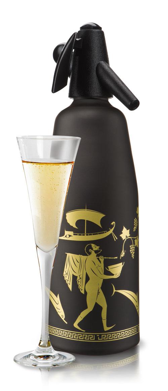 Сифон O!range Antic, цвет: черный матовый, 1 л. AM-210ACBKAM-210ACBKCифон O!range предназначен для приготовления газированной воды, напитков и коктейлей. С помощью сифона для газирования воды O!range можно быстро и легко готовить натуральные и очень вкусные напитки и коктейли.Стильный дизайн и актуальные цвета делают сифоны O!range незаменимыми на любой кухне - в квартире и в загородном доме, на даче и в офисе. ПЕЙТЕ натуральные напиткиГотовьте натуральную газировку без красителей и консервантов. Используйте ключевую воду, домашнее варенье, компоты, фрукты и другие натуральные продукты. Не бойтесь экспериментировать. ЭКОНОМЬТЕ свои деньгиВам больше не нужно покупать газированную воду и напитки в магазине.Для приготовления газированной воды вам потребуется сифон O!range и вода из под крана, очищенная бытовым фильтром. ИСПОЛЬЗУЙТЕ дома и на дачеСифон для газирования воды O!range прост и удобен в применении. Вы всегда сможете приготовить освежающий напиток за несколько секунд. ЗАБОТЬТЕСЬ о природеИспользуя сифон O!range, вы избегаете покупок газированной воды и напитков в пластиковой упаковке. Чем меньше пластика мы используем, тем меньше мы загрязняем окружающую среду. ДАРИТЕ близкимСифон для газирования воды O!range - это стильный подарок в дизайнерской упаковке. Он создает праздник и отличное настроение. Порадуйте своих близким незаурядным подарком. ВНИМАНИЕ: C помощью сифона O!range можно газировать только чистую воду. Напиток или коктейль необходимо смешивать в отдельной емкости, так как емкость сифона предназначена только для газирования воды. ЧТО НОВОГО: Толстые стенки алюминиевого сосуда, широкий удобный рычаг, улучшенный пластик, прокладки и клапан, новые цвета, противоскользящее покрытие, удобная инструкция в картинках, подарочная дизайнерскаяупаковка. Рецепт домашней газировки. Напиток готовится 30 секунд! Газируйте воду с помощью сифона.Наполните бокал газированной водой из сифона.Добавьте в бокал 1-2 столовых ложки любого кисло-сладкого домашнего варенья.И